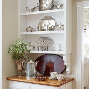 Idee per una grande sala da pranzo classica con pareti beige, pavimento in legno massello medio e pavimento blu