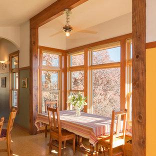 Réalisation d'une salle à manger ouverte sur la cuisine design avec un mur jaune.