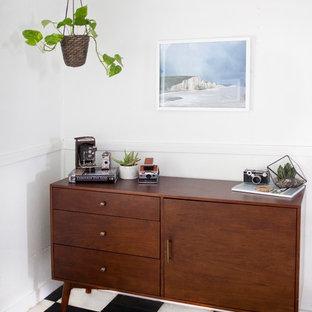 Imagen de comedor de cocina retro, de tamaño medio, sin chimenea, con paredes blancas y suelo de linóleo