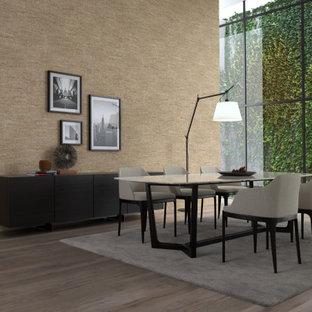 Неиссякаемый источник вдохновения для домашнего уюта: столовая в стиле модернизм с бежевыми стенами, пробковым полом, коричневым полом и панелями на части стены