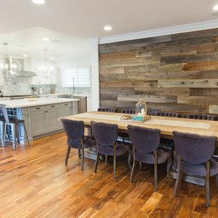 Idéer för att renovera ett stort vintage kök med matplats, med grå väggar, ljust trägolv, en öppen vedspis och en spiselkrans i trä