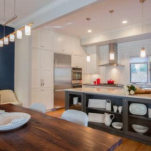 Foto di una sala da pranzo aperta verso la cucina boho chic di medie dimensioni con pareti blu, parquet chiaro, nessun camino e pavimento blu