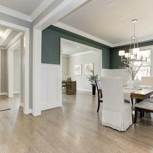 Immagine di una sala da pranzo classica chiusa e di medie dimensioni con pareti verdi, parquet chiaro, nessun camino e pavimento marrone