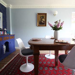 Modelo de comedor bohemio, de tamaño medio, cerrado, con paredes azules, suelo laminado y suelo marrón