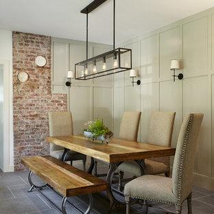 Foto di una sala da pranzo country chiusa e di medie dimensioni con pareti verdi, pavimento in ardesia e pavimento grigio