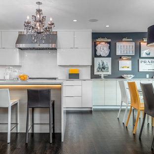 シアトルの中サイズのコンテンポラリースタイルのおしゃれなダイニングキッチン (濃色無垢フローリング、グレーの壁、暖炉なし) の写真