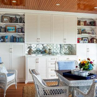 Стильный дизайн: отдельная столовая в морском стиле с белыми стенами, паркетным полом среднего тона, коричневым полом, деревянным потолком и панелями на части стены без камина - последний тренд