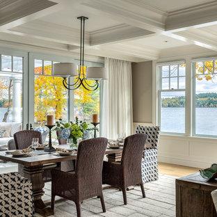 Inspiration för maritima matplatser med öppen planlösning, med grå väggar och ljust trägolv