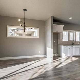 ボイシの中サイズのモダンスタイルのおしゃれなダイニングキッチン (グレーの壁、ラミネートの床、茶色い床) の写真