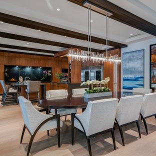 Immagine di una sala da pranzo aperta verso il soggiorno design di medie dimensioni con pareti beige, parquet chiaro, pavimento beige e travi a vista