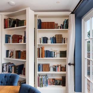 Ispirazione per una sala da pranzo aperta verso il soggiorno stile marinaro di medie dimensioni con pareti blu, parquet scuro, pavimento marrone e pareti in legno
