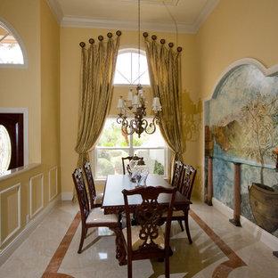 Imagen de comedor tropical con suelo de mármol y suelo beige