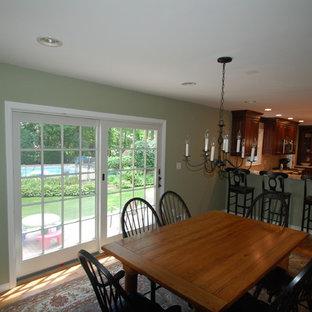 Свежая идея для дизайна: кухня-столовая среднего размера в классическом стиле с паркетным полом среднего тона, зеленым полом и зелеными стенами - отличное фото интерьера