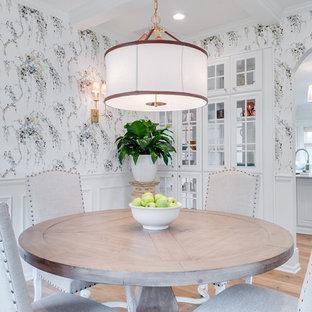 Esempio di una sala da pranzo chic chiusa con pareti multicolore, pavimento in legno massello medio e pavimento marrone