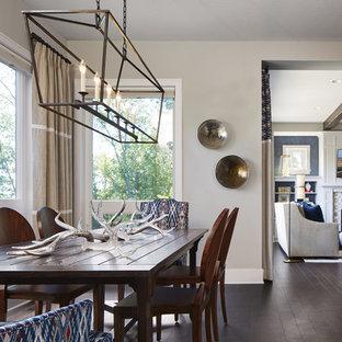 Создайте стильный интерьер: большая кухня-столовая в стиле современная классика с бежевыми стенами, темным паркетным полом, камином и фасадом камина из камня - последний тренд