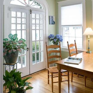 Imagen de comedor tradicional, pequeño, cerrado, sin chimenea, con paredes verdes, suelo de madera en tonos medios y suelo beige