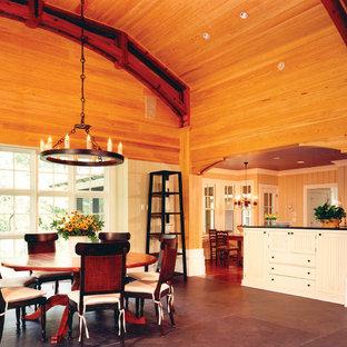 Esempio di una sala da pranzo aperta verso la cucina country con pareti beige, pavimento in ardesia e nessun camino