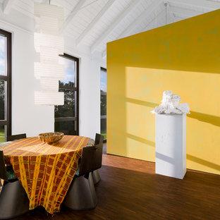 Mittelgroßes Stilmix Esszimmer mit weißer Wandfarbe und braunem Holzboden in Frankfurt am Main
