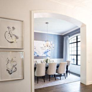Inspiration för mellanstora klassiska matplatser, med grå väggar, mellanmörkt trägolv och brunt golv