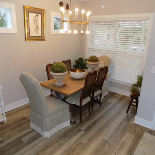 Ejemplo de comedor de estilo americano, pequeño, abierto, con paredes grises, suelo laminado y suelo marrón