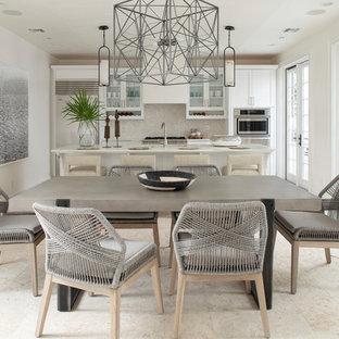 Diseño de comedor de cocina marinero, grande, con paredes blancas y suelo beige
