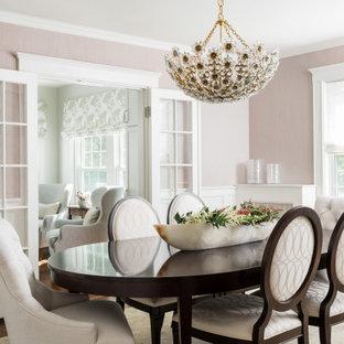 Пример оригинального дизайна интерьера: отдельная столовая в стиле современная классика с розовыми стенами, паркетным полом среднего тона и коричневым полом