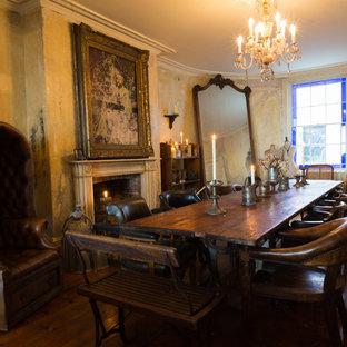 Geschlossenes, Mittelgroßes Shabby-Look Esszimmer mit dunklem Holzboden, Kamin und verputzter Kaminumrandung in London