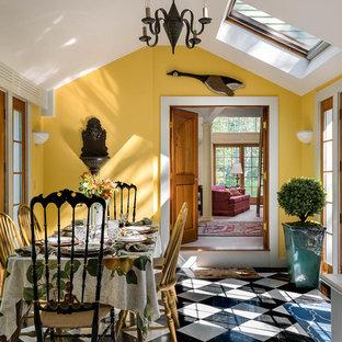 Inspiration för mellanstora lantliga separata matplatser, med gula väggar och marmorgolv