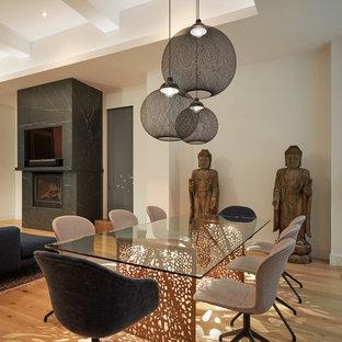 Idées déco pour une salle à manger ouverte sur le salon asiatique avec un mur blanc, un sol en bois clair et un sol beige.