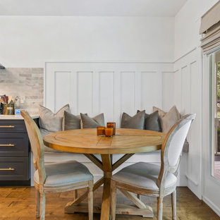 他の地域の中くらいのトランジショナルスタイルのおしゃれなダイニング (無垢フローリング、茶色い床、朝食スペース、白い壁、暖炉なし、パネル壁) の写真