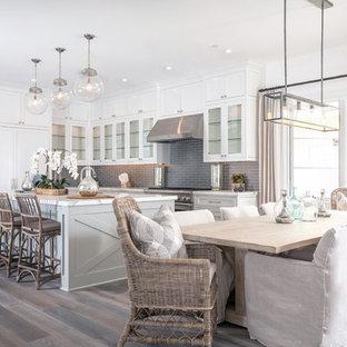 Maritime Wohnküche mit weißer Wandfarbe und dunklem Holzboden in Orange County