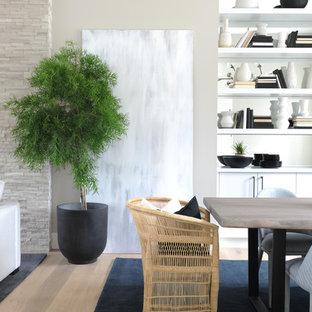 Idee per una sala da pranzo minimal con pareti grigie, parquet chiaro, camino lineare Ribbon, cornice del camino in mattoni e pavimento marrone