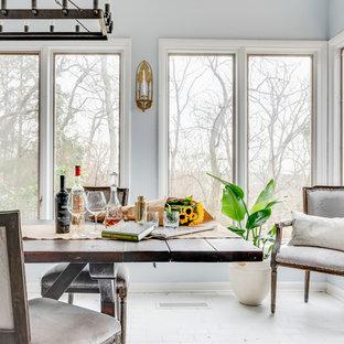 Diseño de comedor tradicional renovado, de tamaño medio, cerrado, sin chimenea, con paredes azules, suelo de ladrillo y suelo blanco