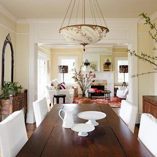 Immagine di una sala da pranzo vittoriana con pareti beige e parquet scuro