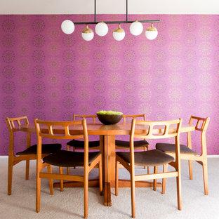Foto di una sala da pranzo moderna chiusa e di medie dimensioni con pareti rosa, moquette, nessun camino e pavimento beige