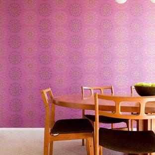 ロサンゼルスの中くらいのミッドセンチュリースタイルのおしゃれな独立型ダイニング (ピンクの壁、カーペット敷き、暖炉なし、ベージュの床) の写真