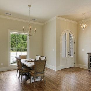 Idee per una sala da pranzo stile shabby chiusa e di medie dimensioni con pareti beige, pavimento in legno massello medio e nessun camino