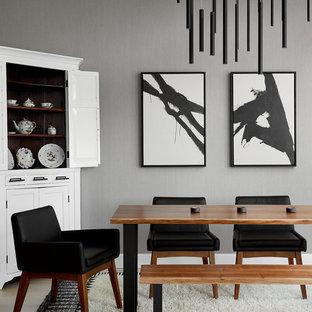 Diseño de comedor actual, de tamaño medio, sin chimenea, con paredes grises y suelo de madera clara