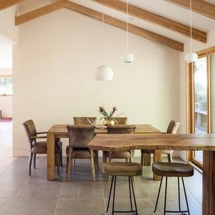 Esempio di una sala da pranzo aperta verso la cucina moderna con pareti bianche, pavimento con piastrelle in ceramica e pavimento beige