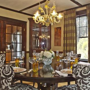 Idee per una sala da pranzo chic chiusa con pavimento in legno massello medio e pareti verdi