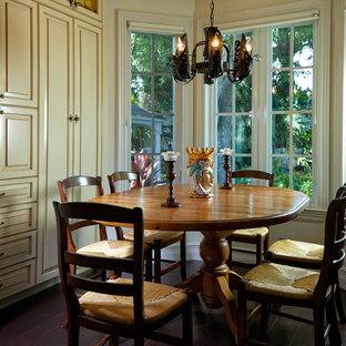 Immagine di una sala da pranzo mediterranea con pareti beige, parquet scuro e pavimento marrone