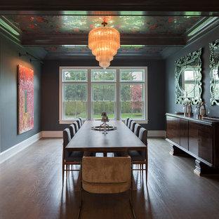 Modelo de comedor tradicional renovado, grande, cerrado, sin chimenea, con paredes negras y suelo de madera oscura