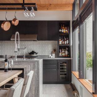 Idée de décoration pour une salle à manger vintage avec un sol en bois clair, une cheminée double-face et un manteau de cheminée en pierre de parement.