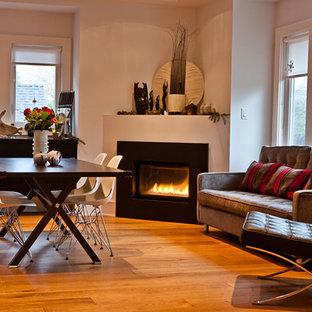 Offenes, Mittelgroßes Modernes Esszimmer mit weißer Wandfarbe, braunem Holzboden, Eckkamin, Kaminsims aus Metall und braunem Boden in Vancouver
