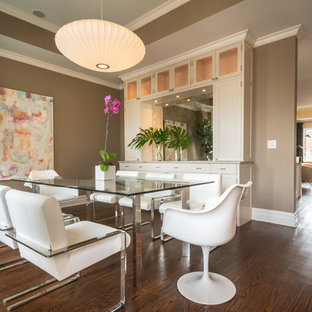 Modernes Esszimmer mit brauner Wandfarbe und dunklem Holzboden in New York