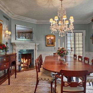 Idee per una grande sala da pranzo chic con pareti blu, pavimento in legno massello medio, camino ad angolo, cornice del camino in pietra e pavimento marrone