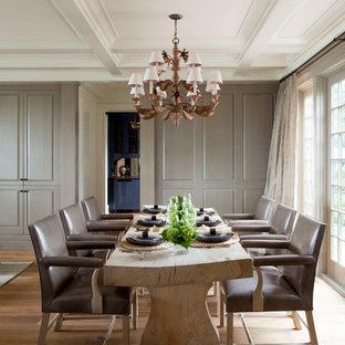 Esempio di una sala da pranzo mediterranea con pareti grigie e pavimento in legno massello medio