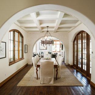 Ispirazione per una grande sala da pranzo mediterranea con pareti bianche, parquet scuro e pavimento marrone