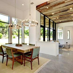 Offenes, Mittelgroßes Eklektisches Esszimmer ohne Kamin mit weißer Wandfarbe und Betonboden in Austin