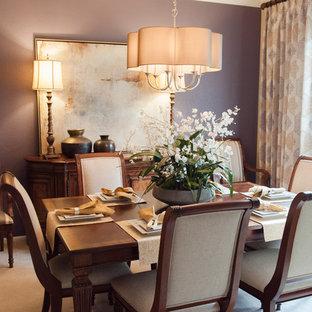 Inspiration för en vintage separat matplats, med lila väggar, heltäckningsmatta och beiget golv